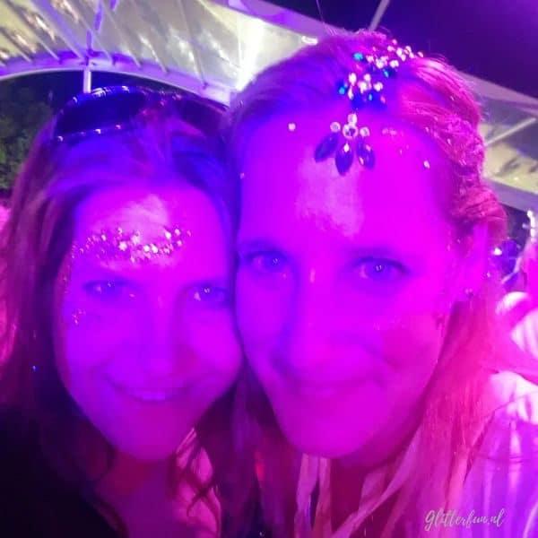 2 meiden met glitter op een feestje