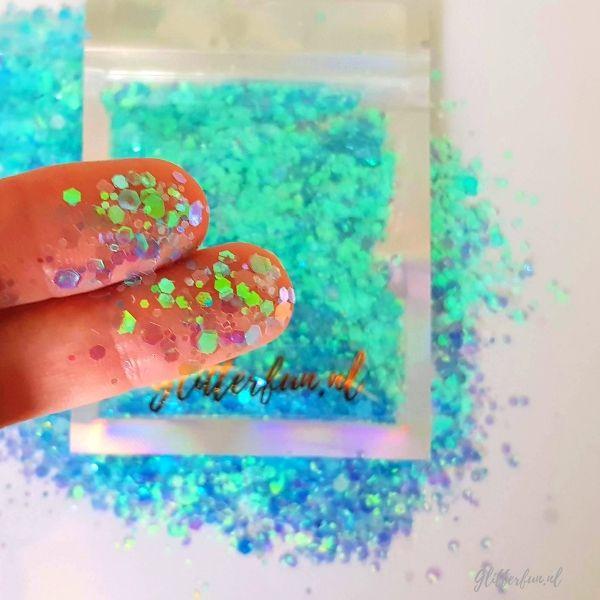 Lichtblauw hexagon glittermix met zakje en op de huid- 1-3 mm