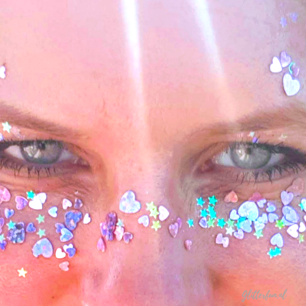 Glittergezicht roze maandag met roze hartje en sterretjes