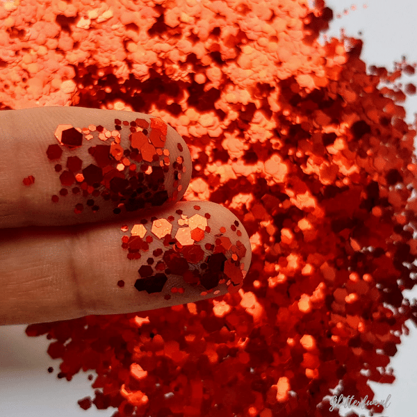 Rode hexagon glittermix op de huid- 1-3 mm