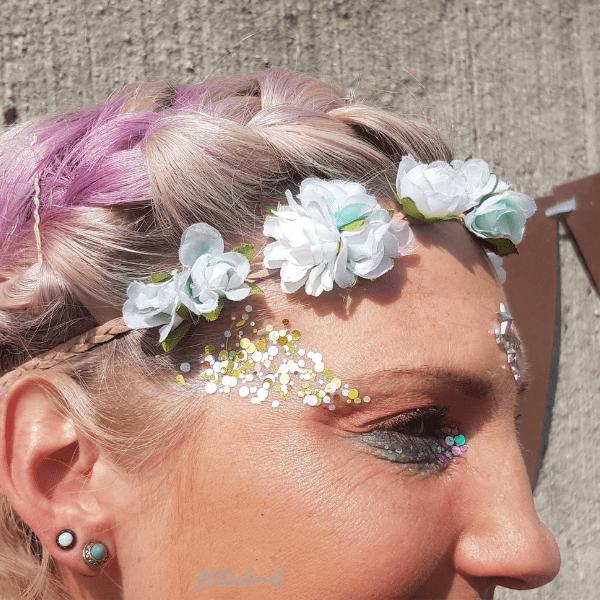 ronde glittermix op vrouw met een festivallook