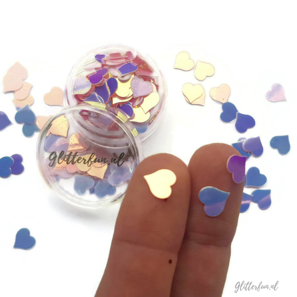 Grote roze hologram hartjes glitter - 8mm met vingers ter vergelijking van de maat