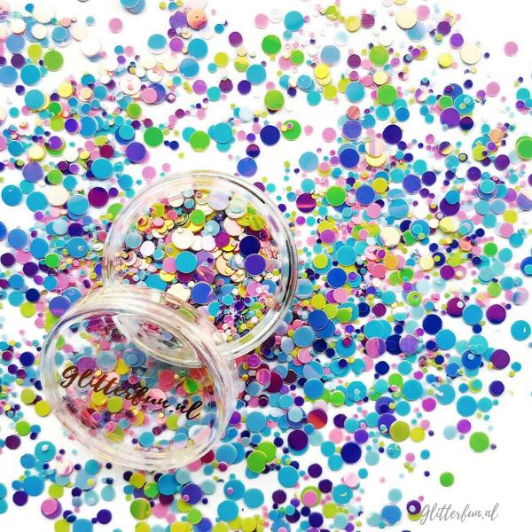 Glitterstipjes in diverse pastelkleuren (oa roze, paars, geel, blauw). Deze pastel kleurige confetti glittermix bevat glitters van 1-4mm groot en op de foto is echt niet te zien dat ze heel erg stralen. Deze zijn heel mooi om als glittersproetjes op je gezicht te plakken! Doe daarvoor een beetje glitterlijm op je wangen en over je neus. DEP (niet smeren) de glitters er tegenaan en klaar. Ze zijn echt heel leuk )