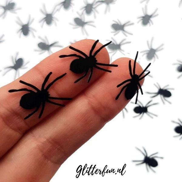 spinnen met lange poten voor op het gezicht tijdens Halloween