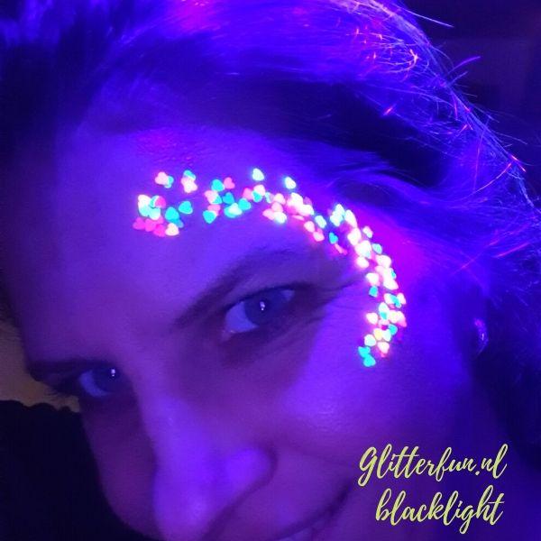 Neon glitter hartjes - blacklight op gezicht