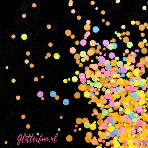 Grove neon glitter, licht op in blacklight