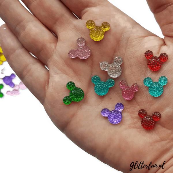 Mickey glitter steentjes Disney op hand als maatvoorbeeld