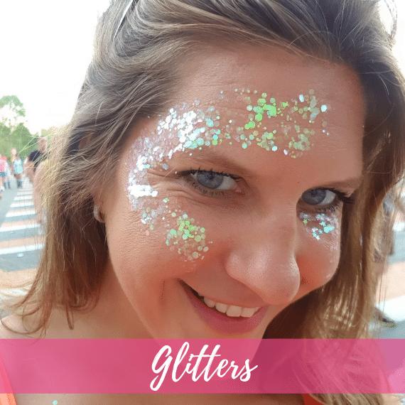 vrouw met transparante glitters op het gezicht
